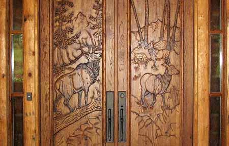 дверь с резной вставкой