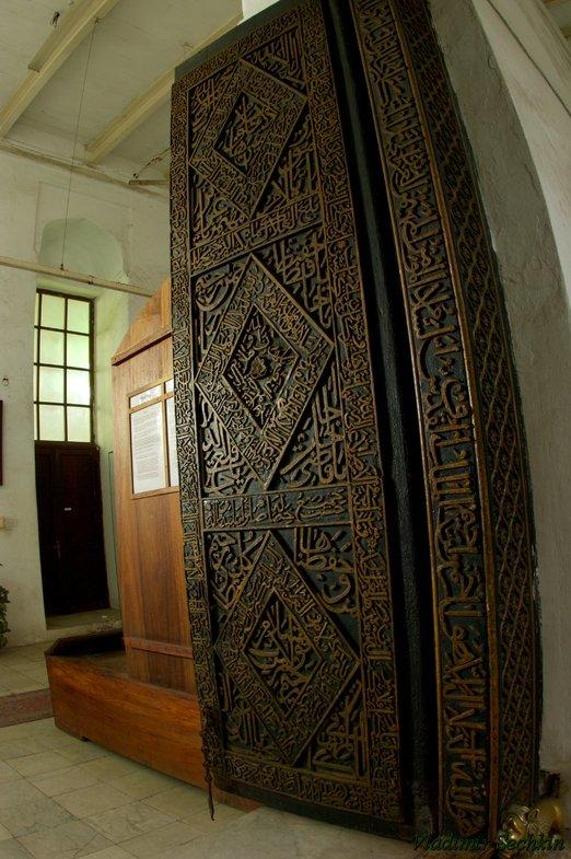 резная дверь в занзибаре