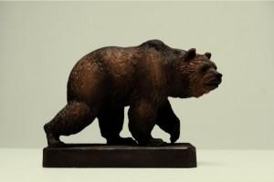 резная скульптура медведя