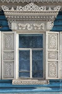 окно с резными наличниками