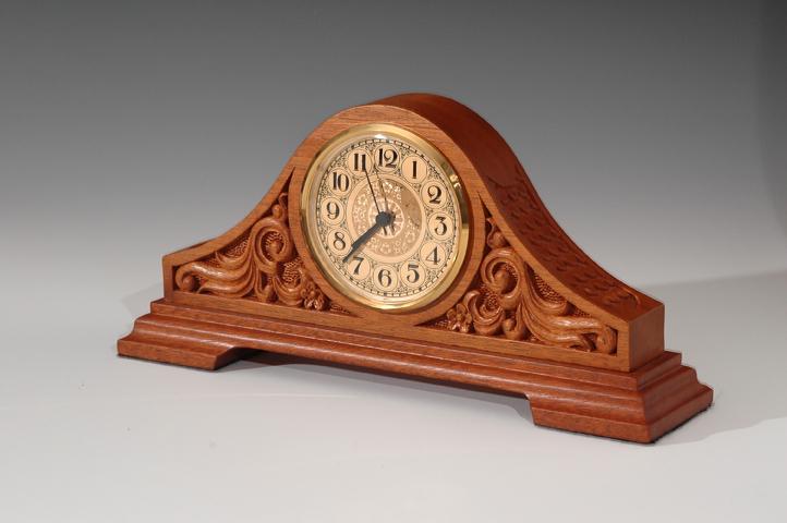 резные деревянные каминные часы