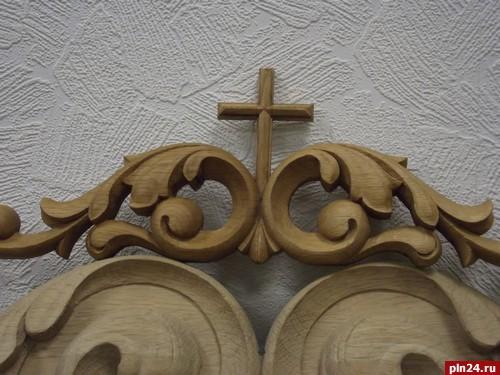 резной крест на вершине киота