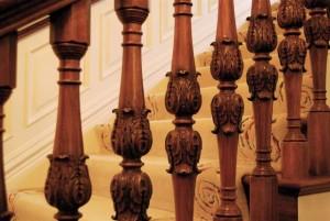 резные балясины на лестнице