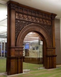 вход оформленный деревянной аркой