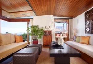 комната с деревянным потолком