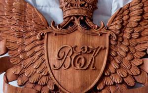 резной герб из дуба