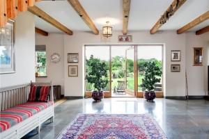 Деревянные балки на потолке отлично гармонируют с деревянной мебелью ручной работы.