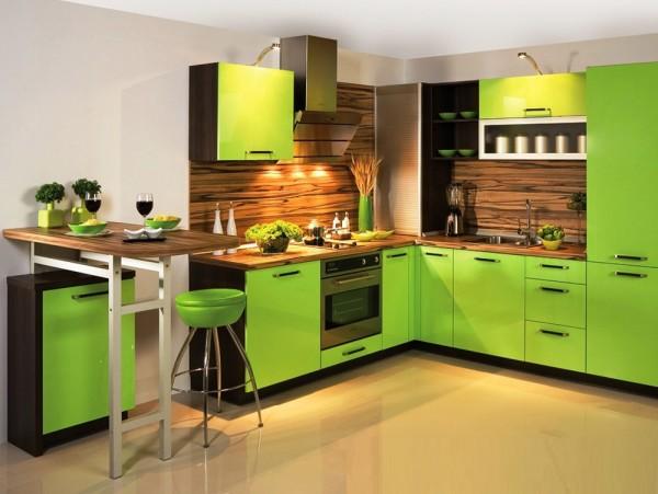 Карамельное насыщенное зебрано на фартуке и столешницах в сочетании с яркими зелеными панелями создают очень яркий и уютный вариант интерьера кухни.