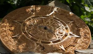 деревянные часы ацтек золото