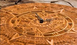резной циферблат часов золото ацтеков