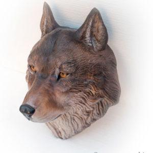 Голова волка из дерева