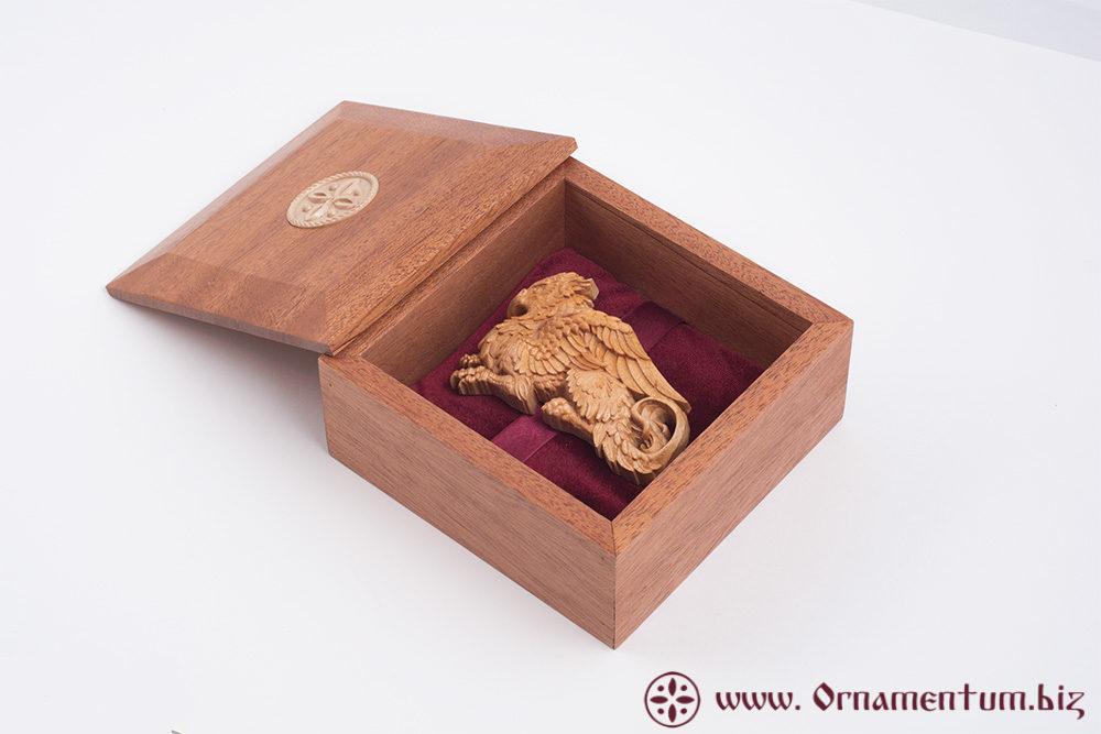 заколока грифон в коробке из махагона