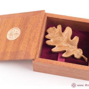 заколка дубовый лист в шкатулке из махагона