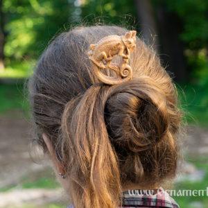 деревянная заколка хамелеон в волосах