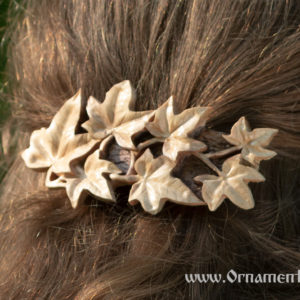 деревянная заколка плющ на волосах
