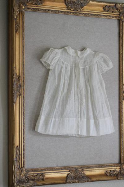 детская одежка под багетным стеклом
